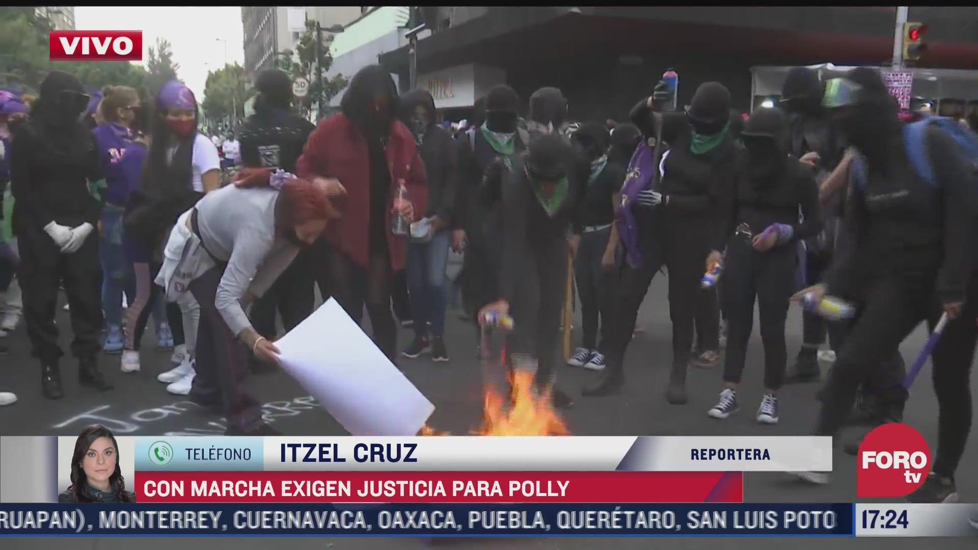feministas prenden fogata durante marcha en la cdmx
