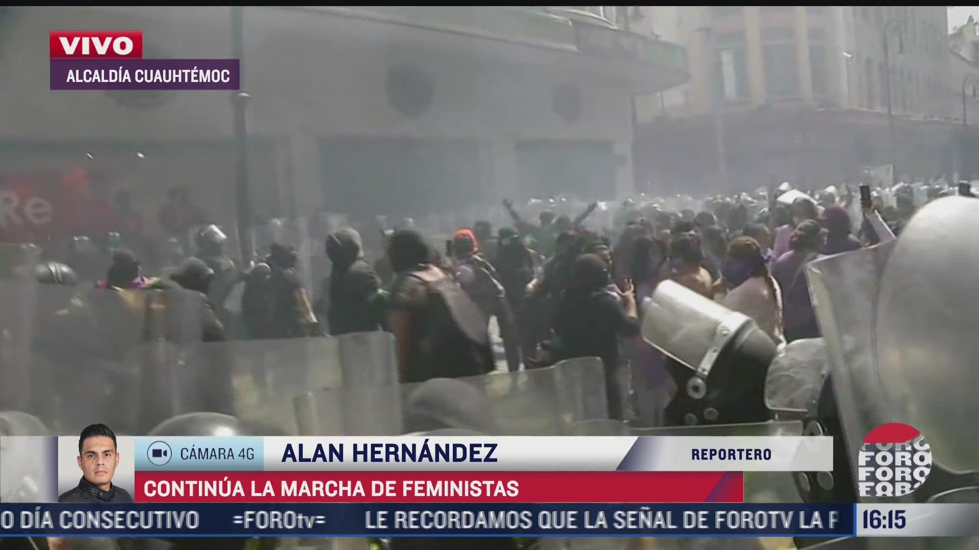 feministas y policia se enfrentan en el centro historico