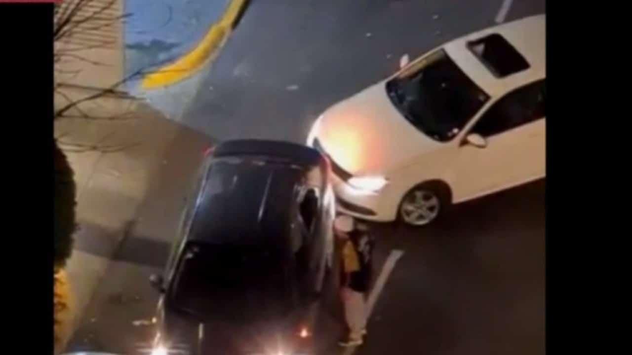 Video: Conductor enojado golpea a batazos taxi que estorbaba la entrada de su casa