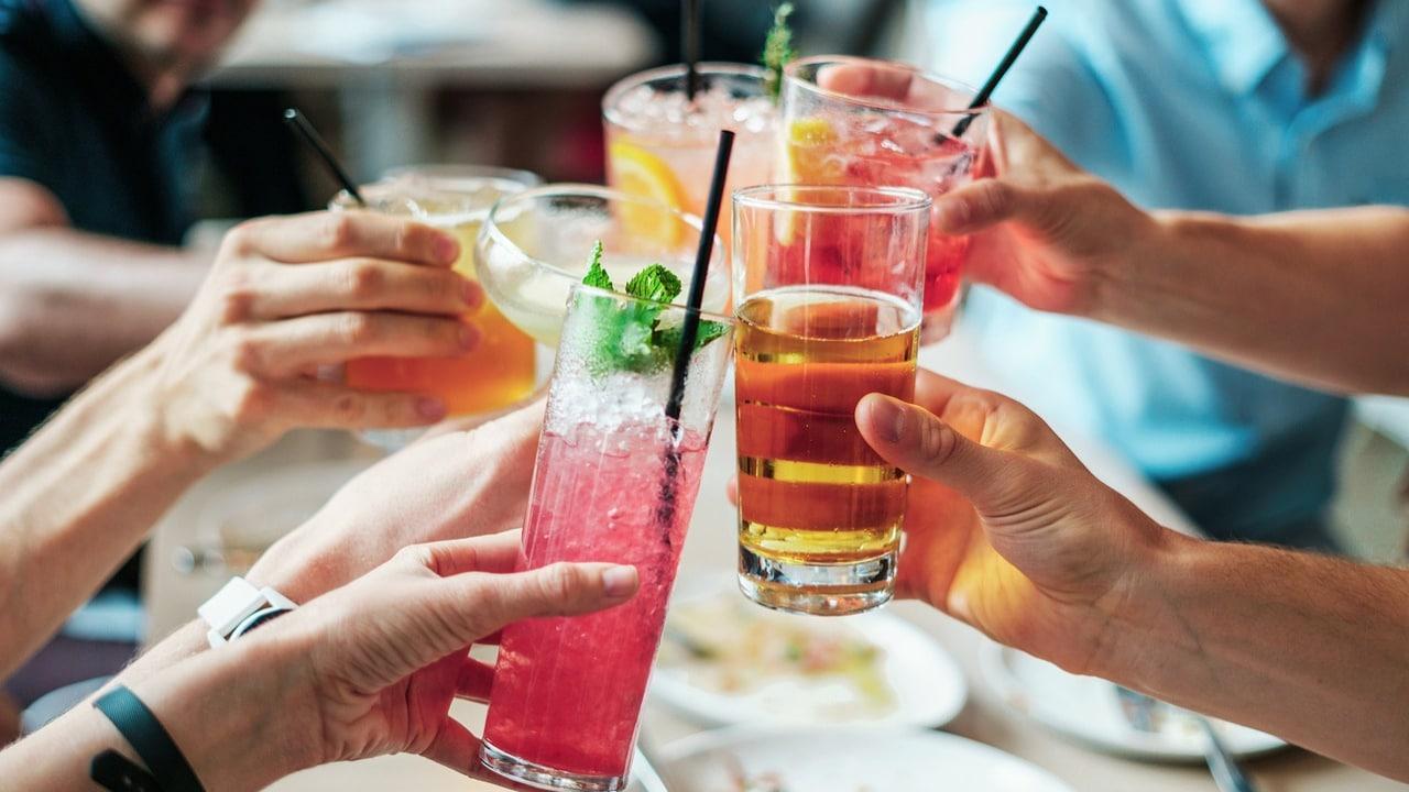 COVID-19: ¿Beber alcohol reduce efectividad de vacunas?