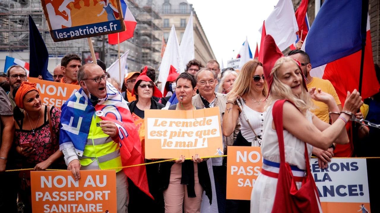 Manifestación en París contra la vacunación antiCOVID-19 y las restricciones por la pandemia (EFE)