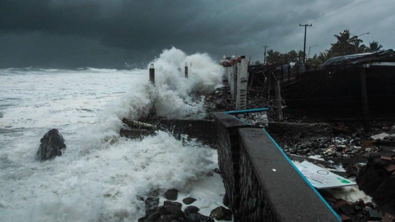 Fuertes marejadas dejan daños materiales en Tecomán, Colima