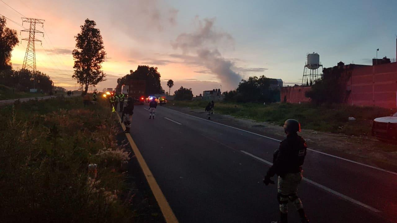 Se registra fuerte fuga de combustible en Acolman, Estado de México; cierran autopista México-Pirámides