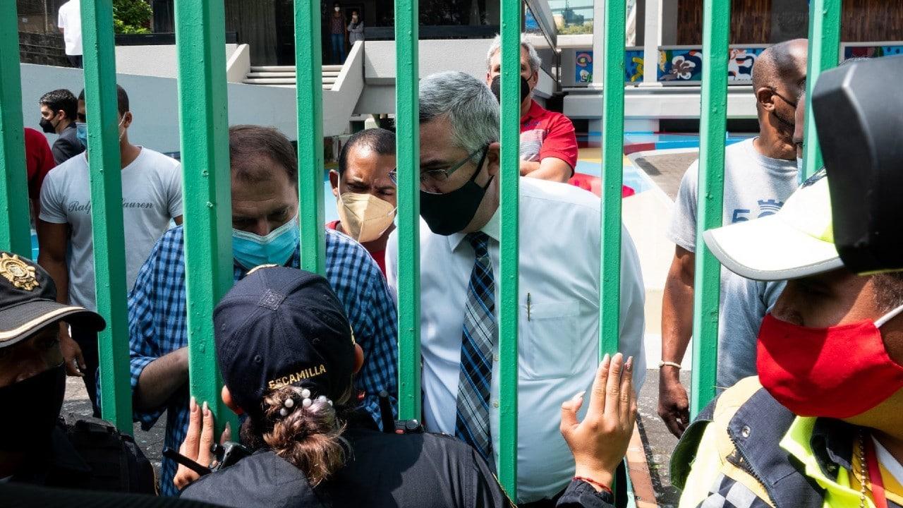 Funcionarios de la Embajada de Cuba en México enfrentan a manifestantes