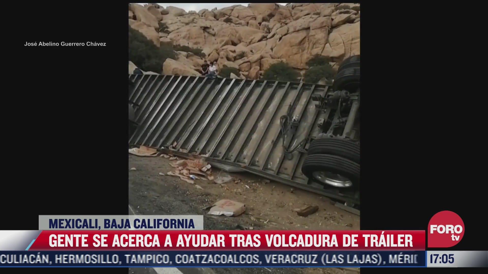 gente se acerca a ayudar tras volcadura de trailer en mexicali