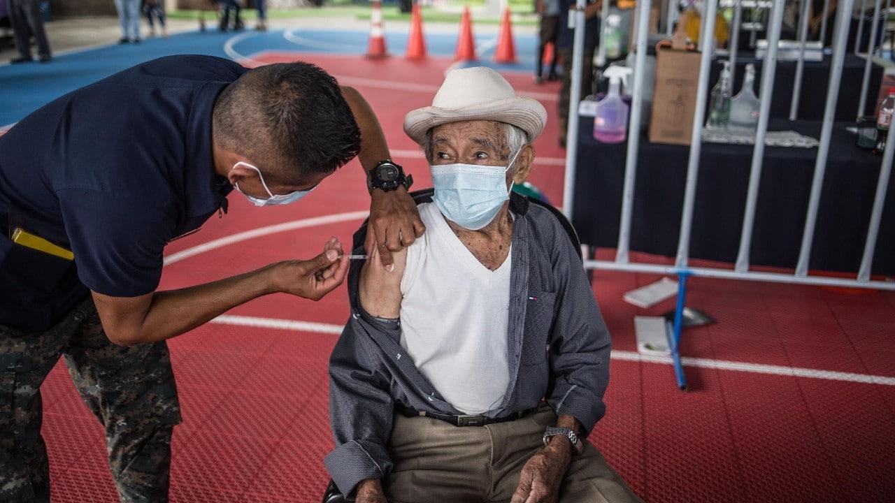 Piden renuncia del presidente de Guatemala por falta de vacunas contra COVID-19