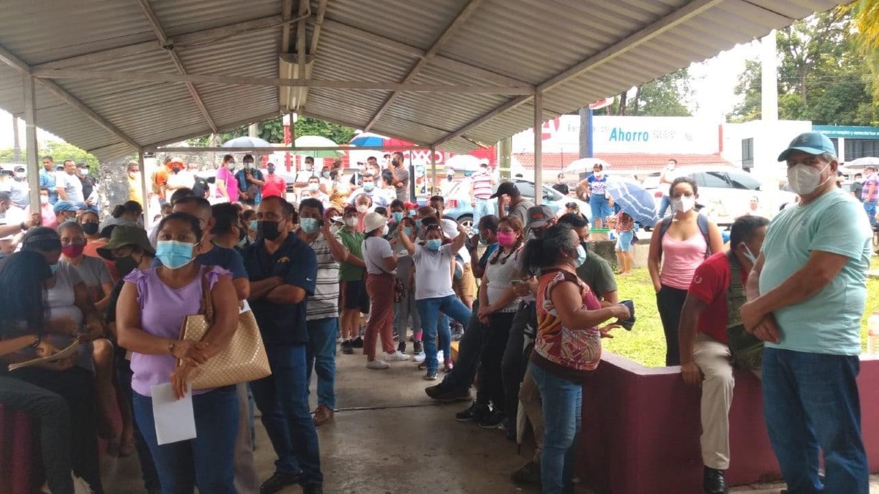 Guatemaltecos cruzan a México para vacunarse contra la COVID-19