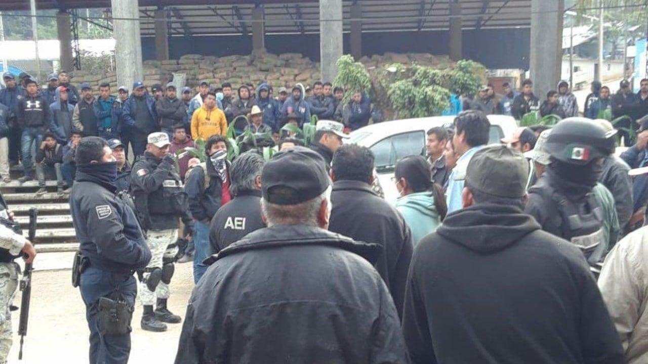 Habitantes de Santiago Textitlán mantendrán a funcionarios retenidos hasta que haya diálogo
