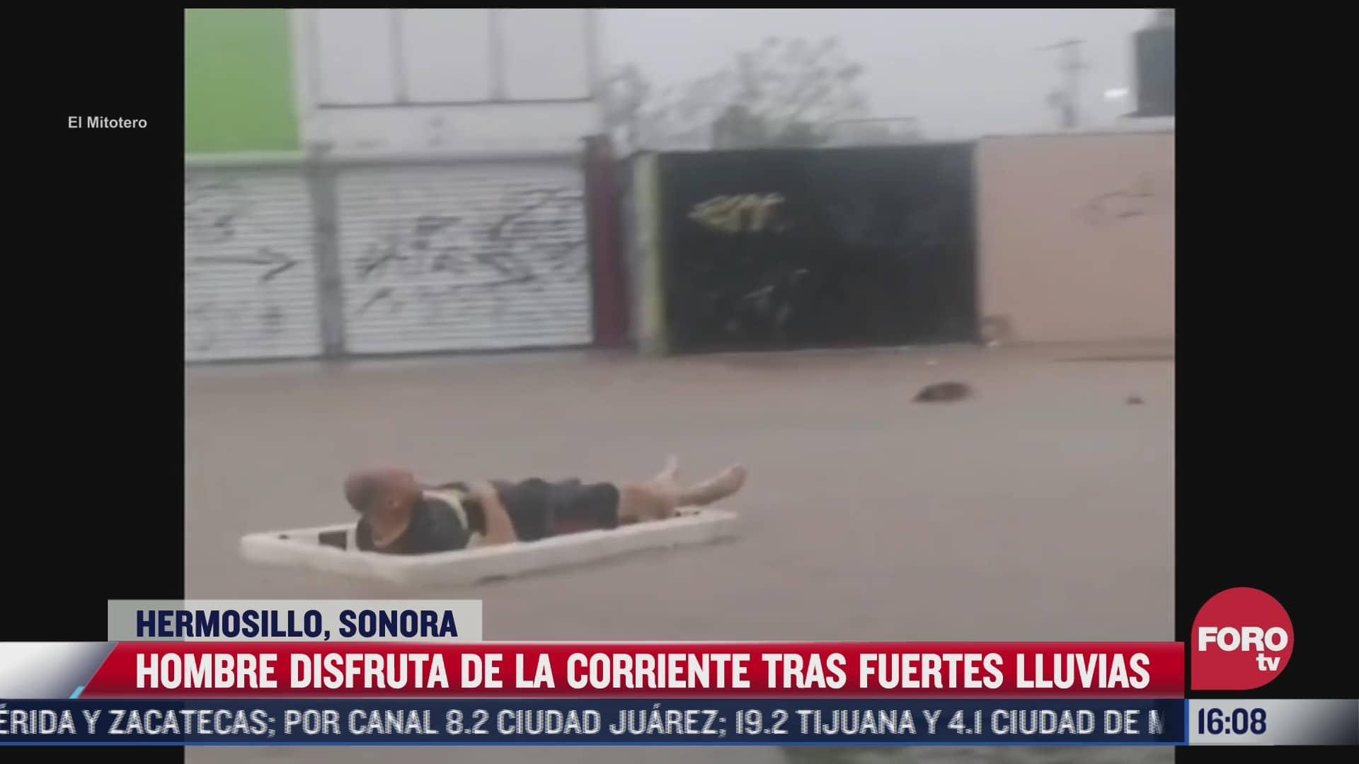 hombre disfruta de la corriente en inundacion tras lluvias