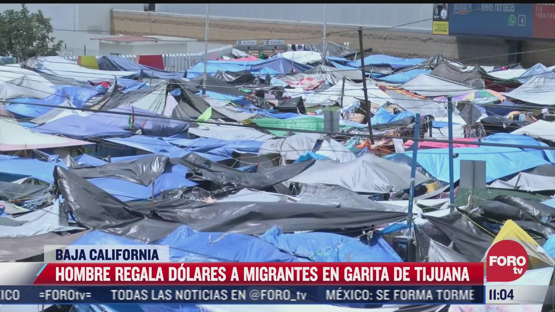 hombre regala dolares a migrantes en garita de tijuana