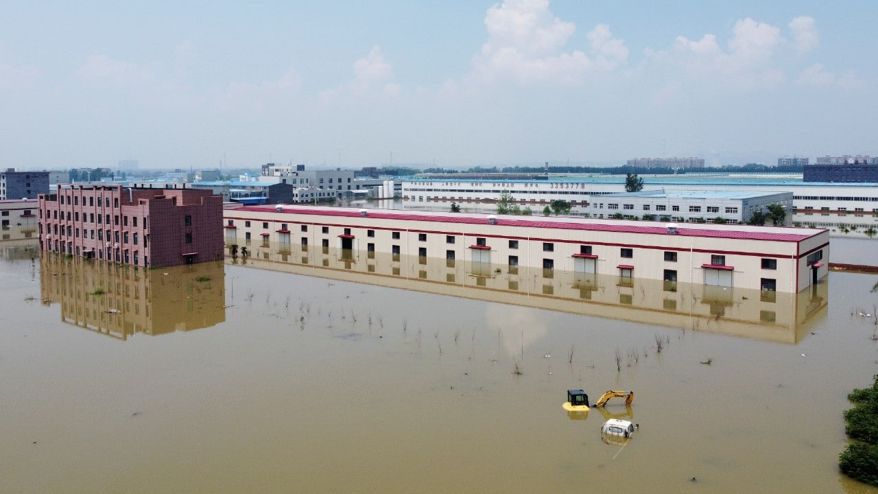 Hombre sobrevive 3 días atrapado en estacionamiento inundado en China