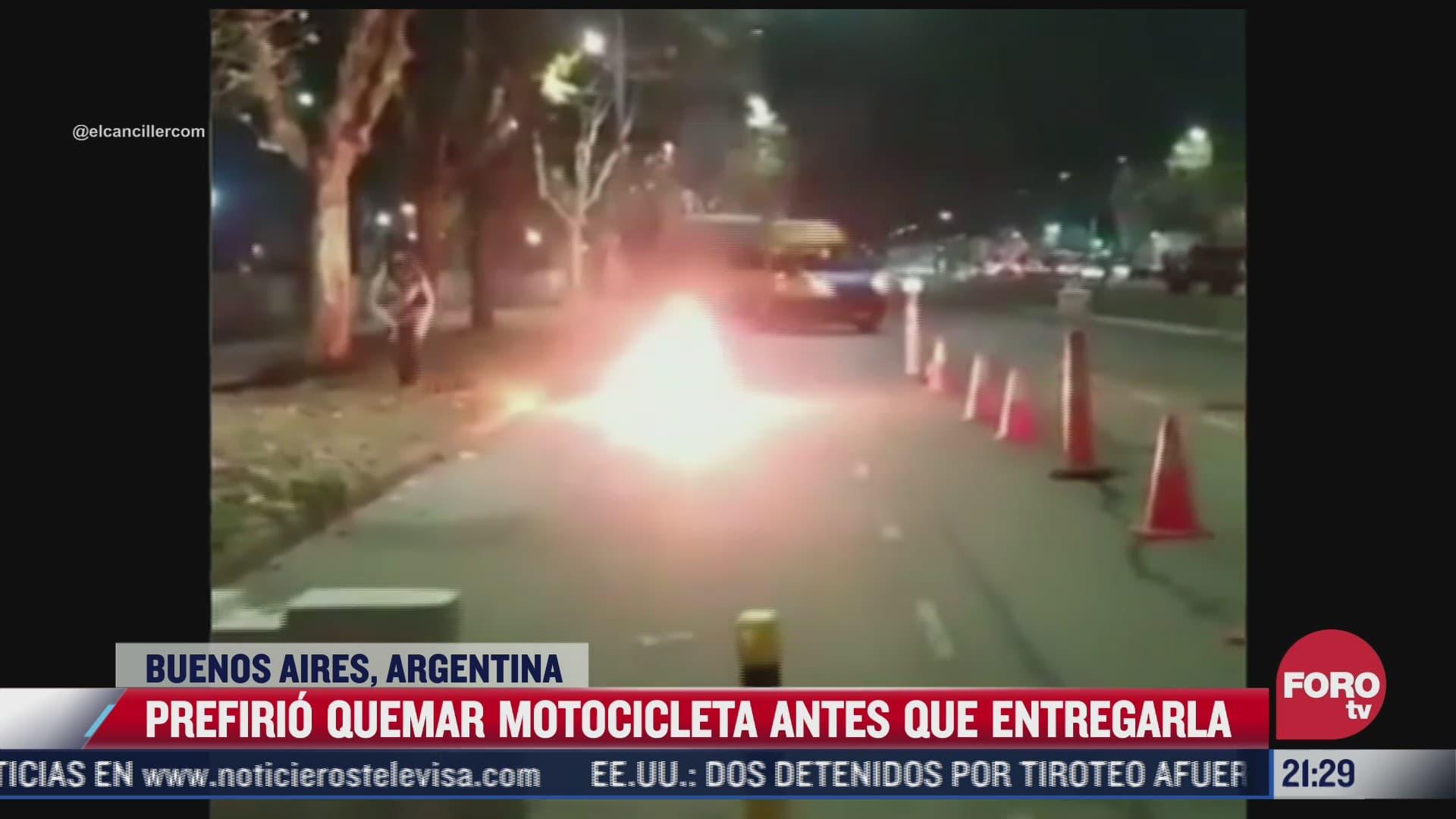 incendia motocicleta para evitar que se la llevara la policia