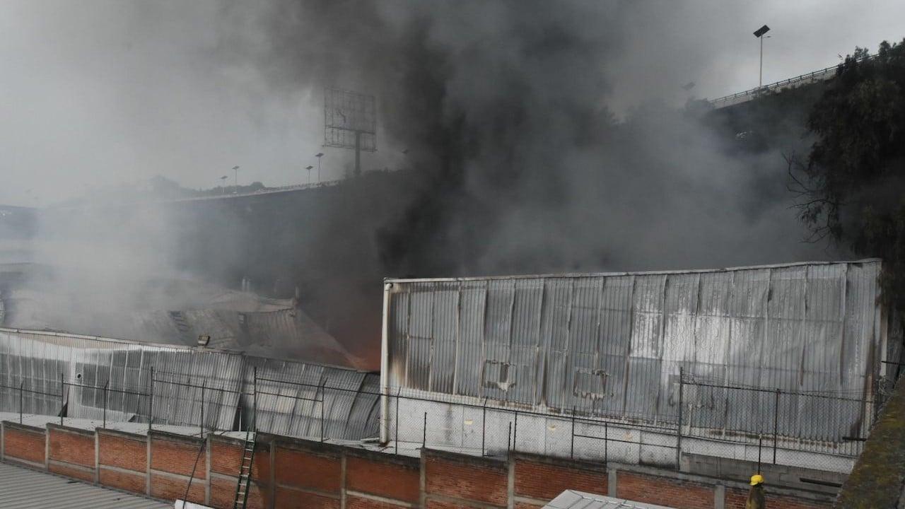 Bomberos de Tlalnepantla acudieron a combatir el incendio en un fábrica de muebles (Cuartoscuro)