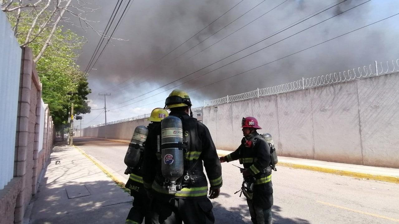 Incendio en la delegación de la FGR en Culiacán (Twitter: @Mtro_CCastaneda)