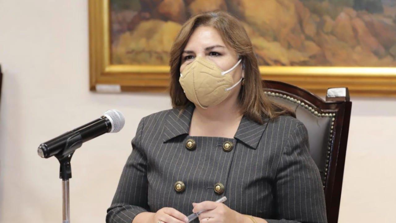 Beatriz Manrique, secretaria de Medio Ambiente estatal, explica informe sobre causas del socavón de Puebla (Twitter: @MBarbosaMX)