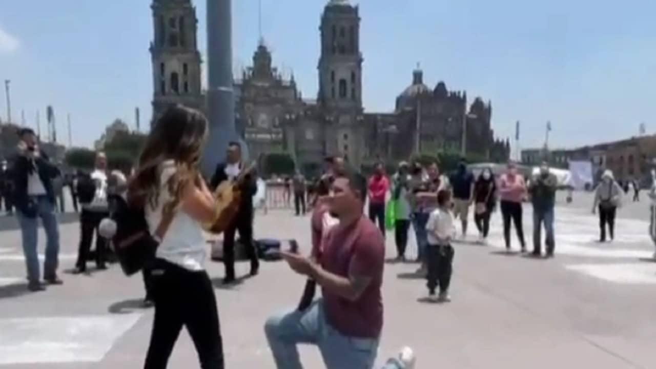 Joven le pide matrimonio a su novia en el Zócalo de CDMX