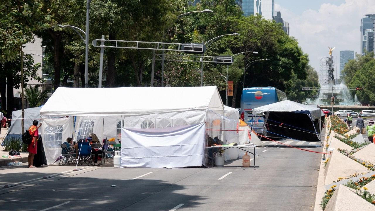 Jubilados del IMSS acampan en Reforma, exigen recursos de subcuenta de cesantía y vejez