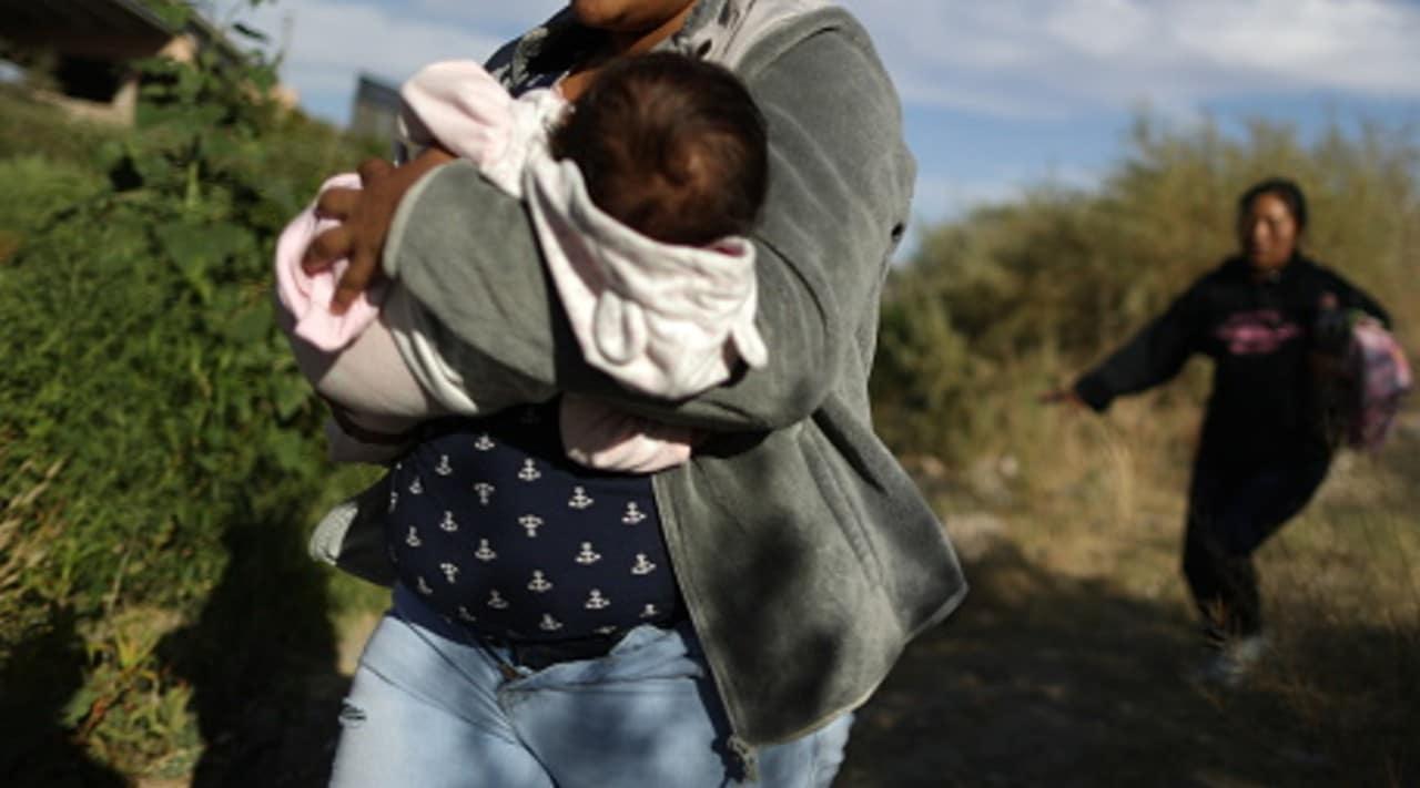 Madre de Bebé migrante abandonado en México lo recibe feliz en Honduras