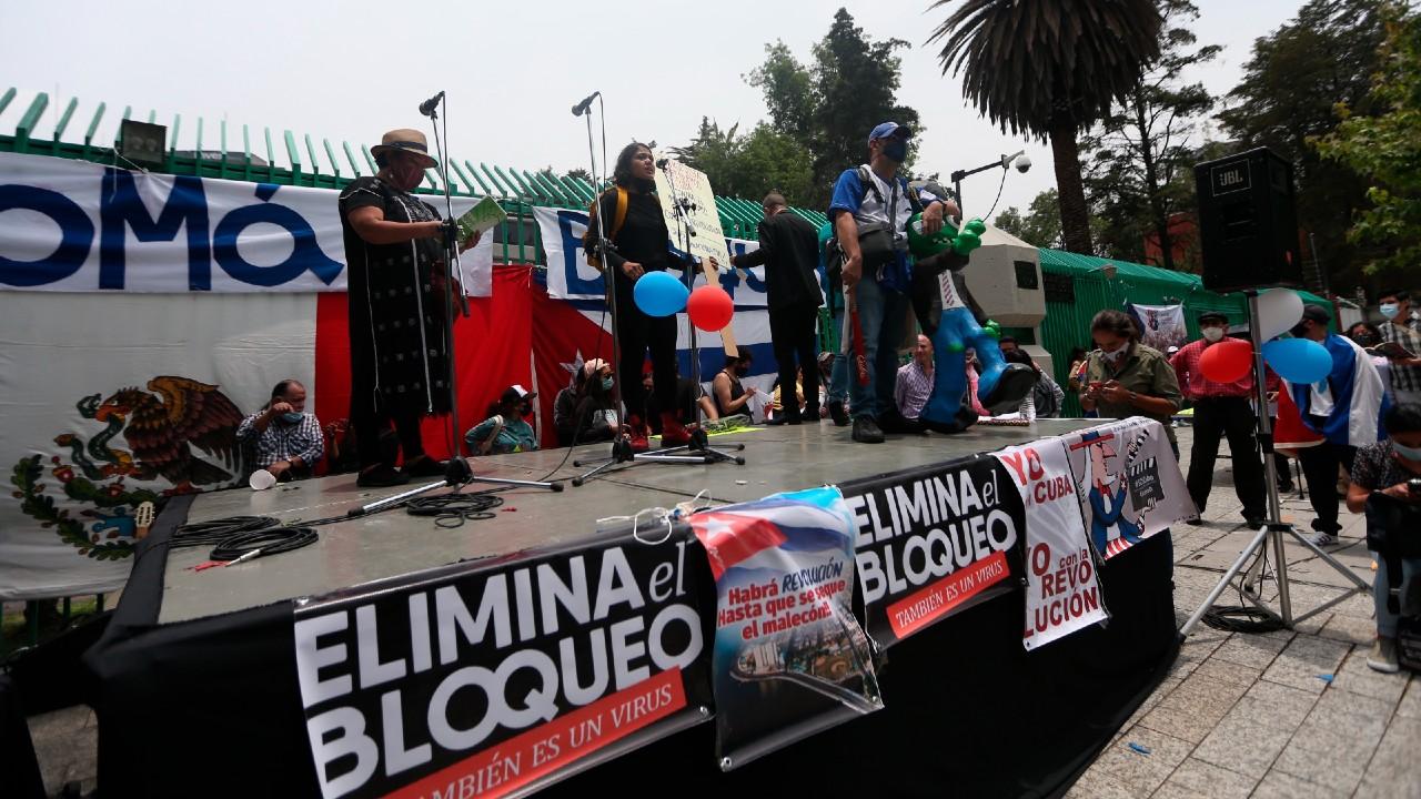 Manifestantes en Embajada de Cuba en México muestran solidaridad con la isla