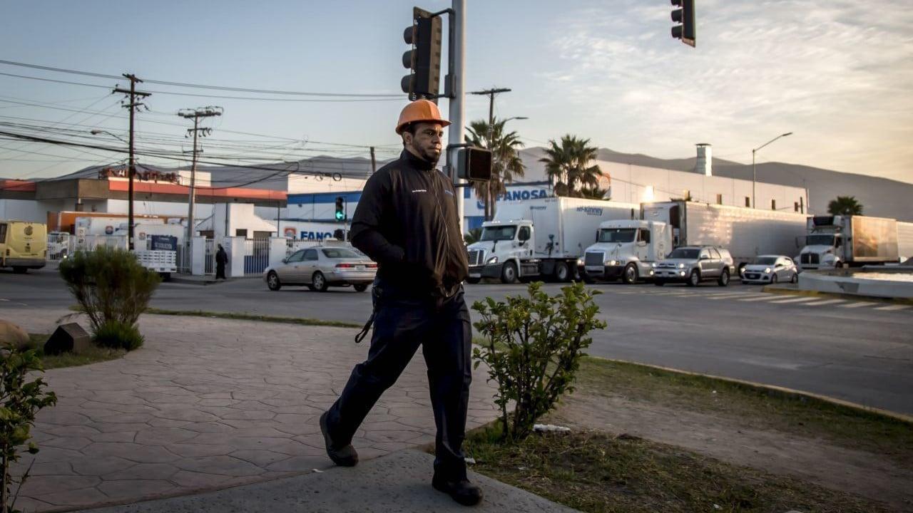 Trabajador de luna maquiladora en Tijuana, México (Cuartoscuro)