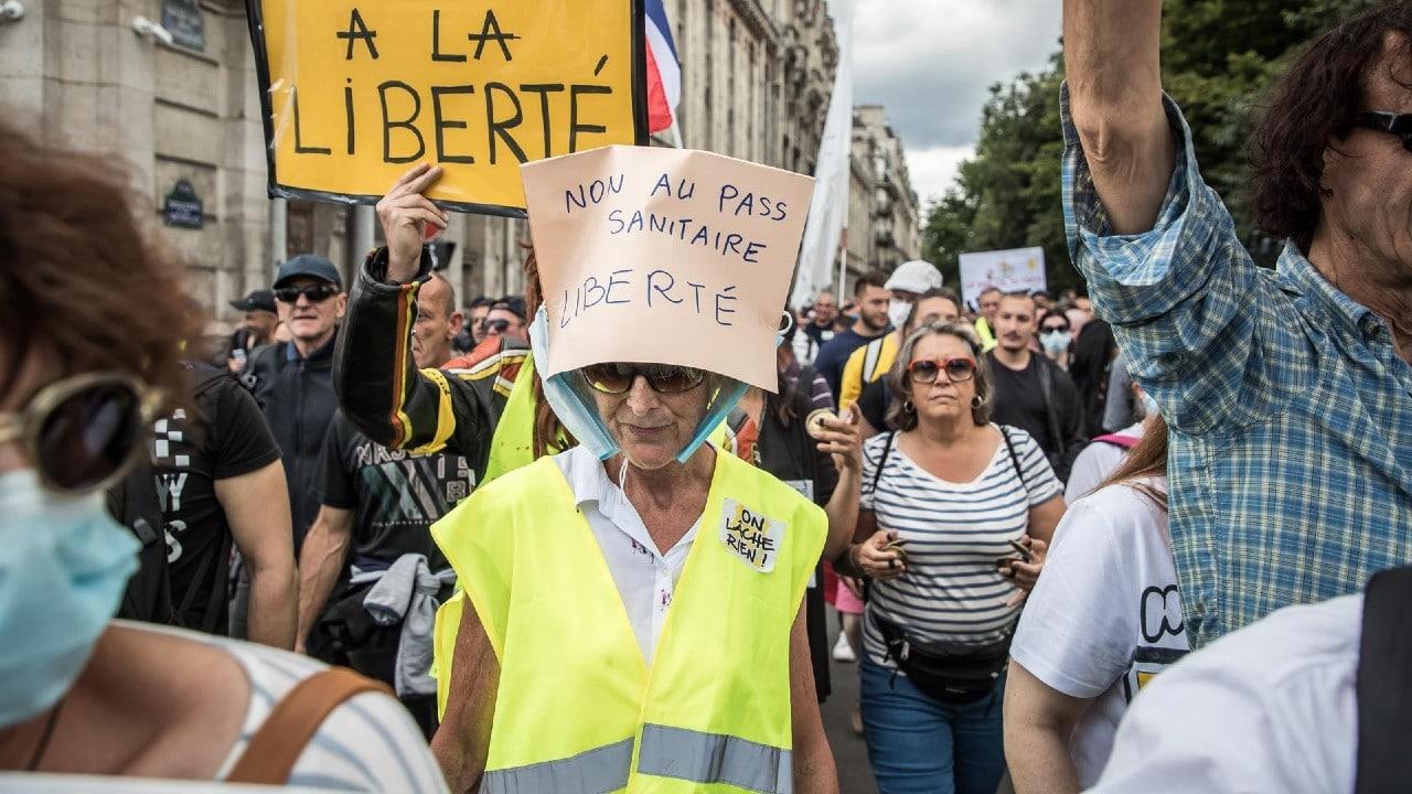 Más de 200 mil personas se manifiestan en Francia contra pasaporte sanitario