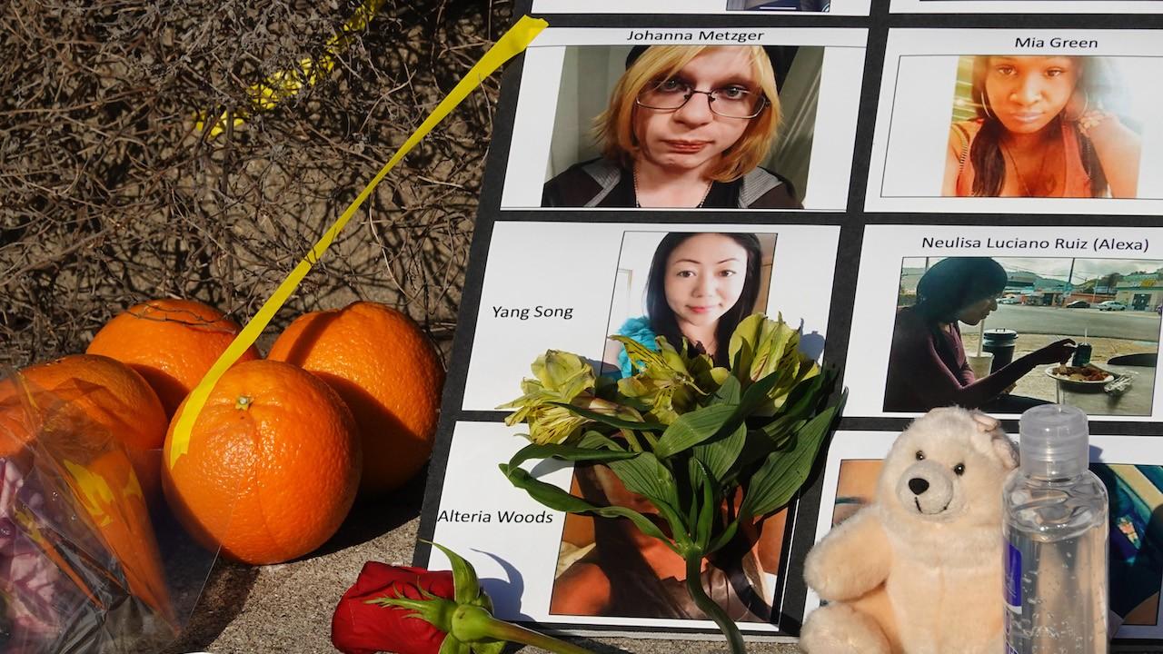 Memorial a víctimas de Robert Aaron Long, quien alegaba que estaba tratando de eliminar la tentación por su adicción al sexo (Getty Images)