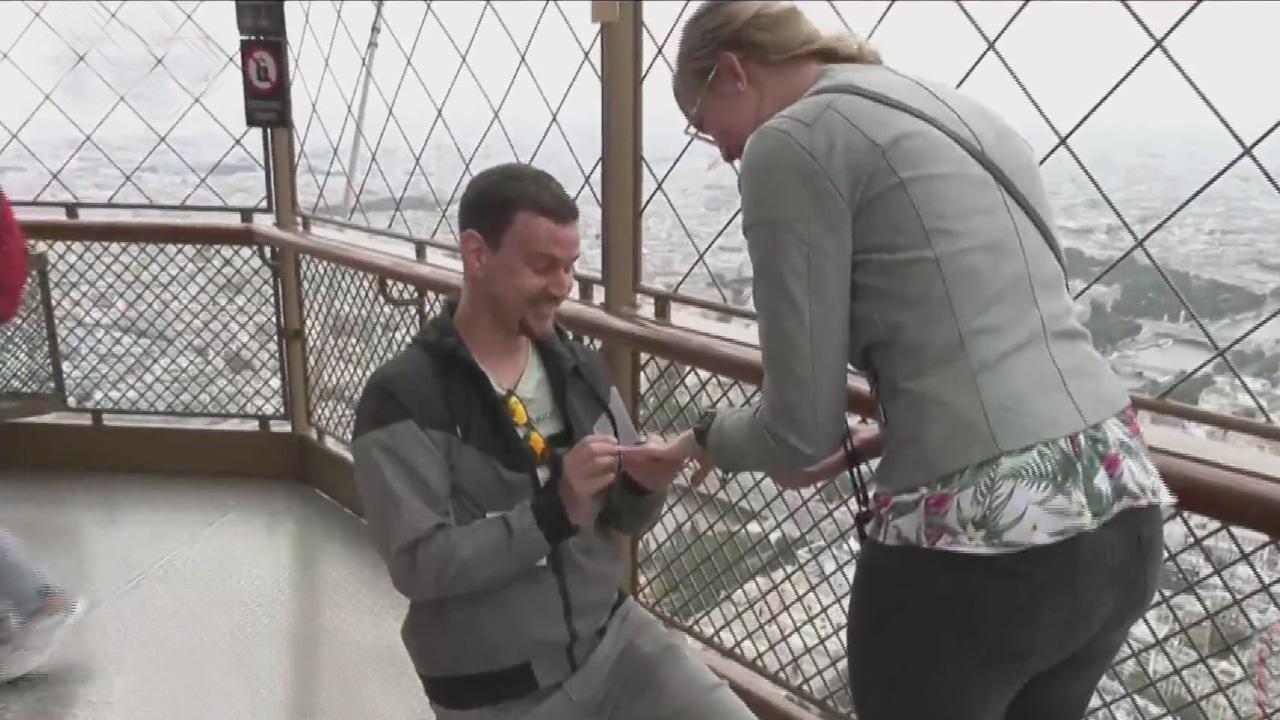 Video: Joven le pide matrimonio a su novia en la Torre Eiffel