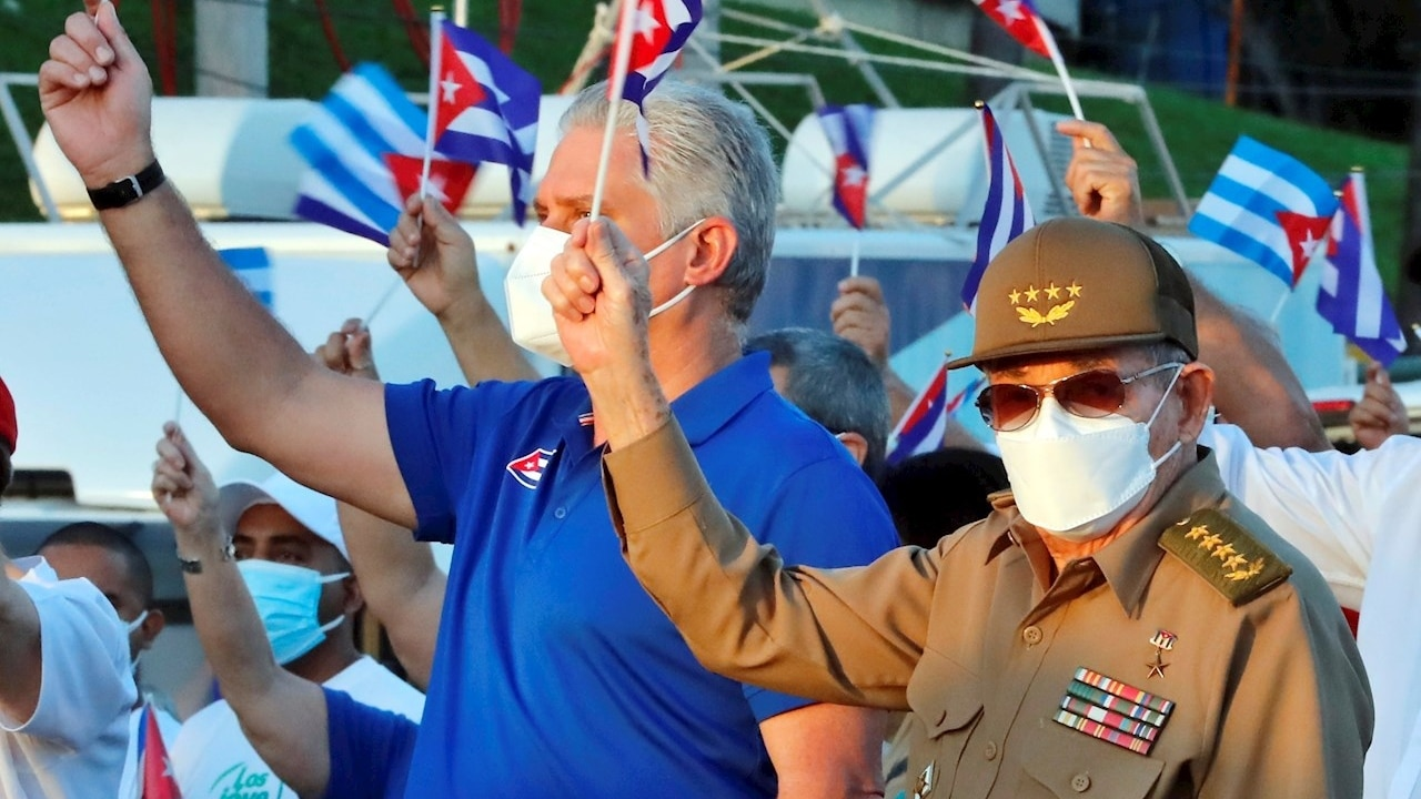 El presidente de Cuba, Miguel Diaz-Canel (i), y Raúl Castro participan en acto de apoyo a la revolución en La Habana