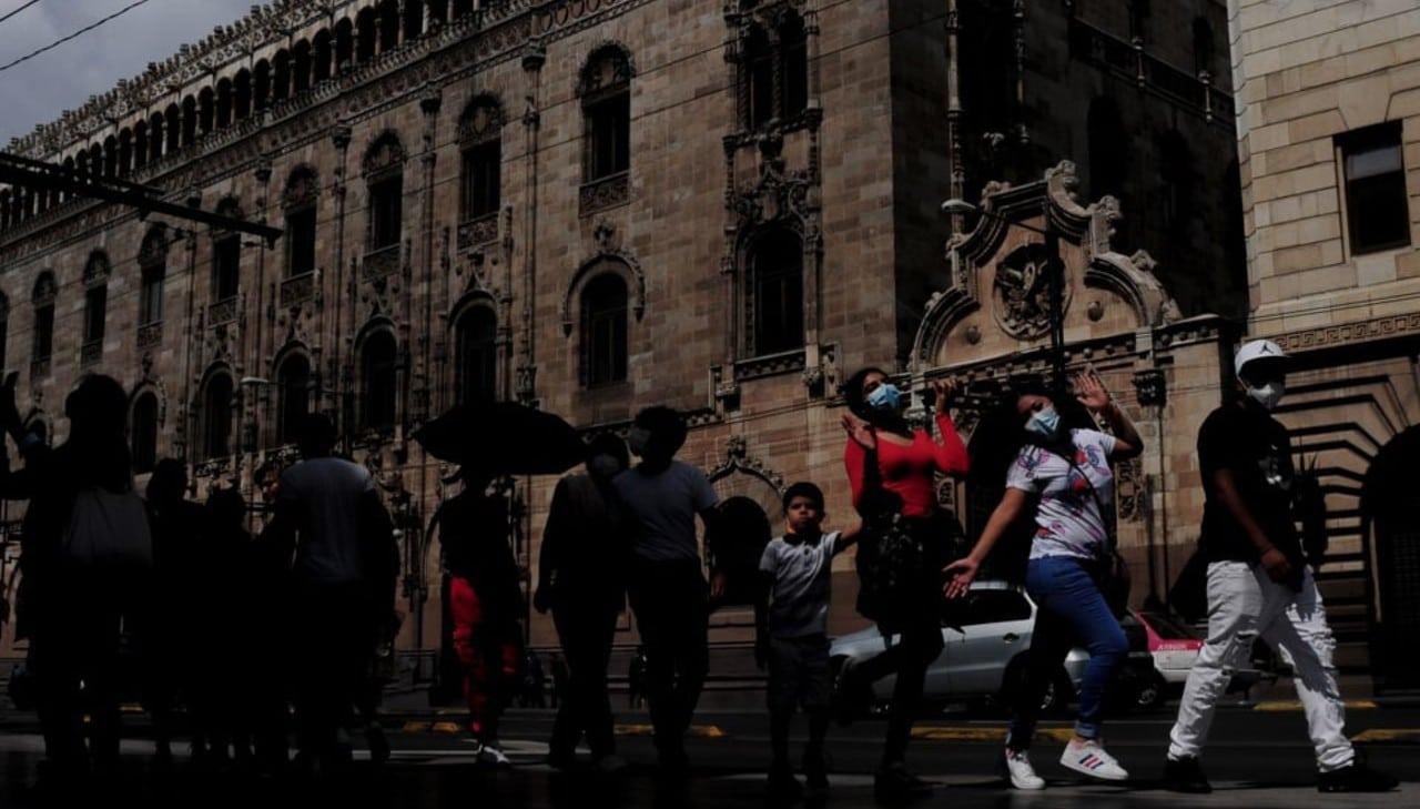 Miles de personas abarrotan Centro Histórico de CDMX el último día de semáforo amarillo