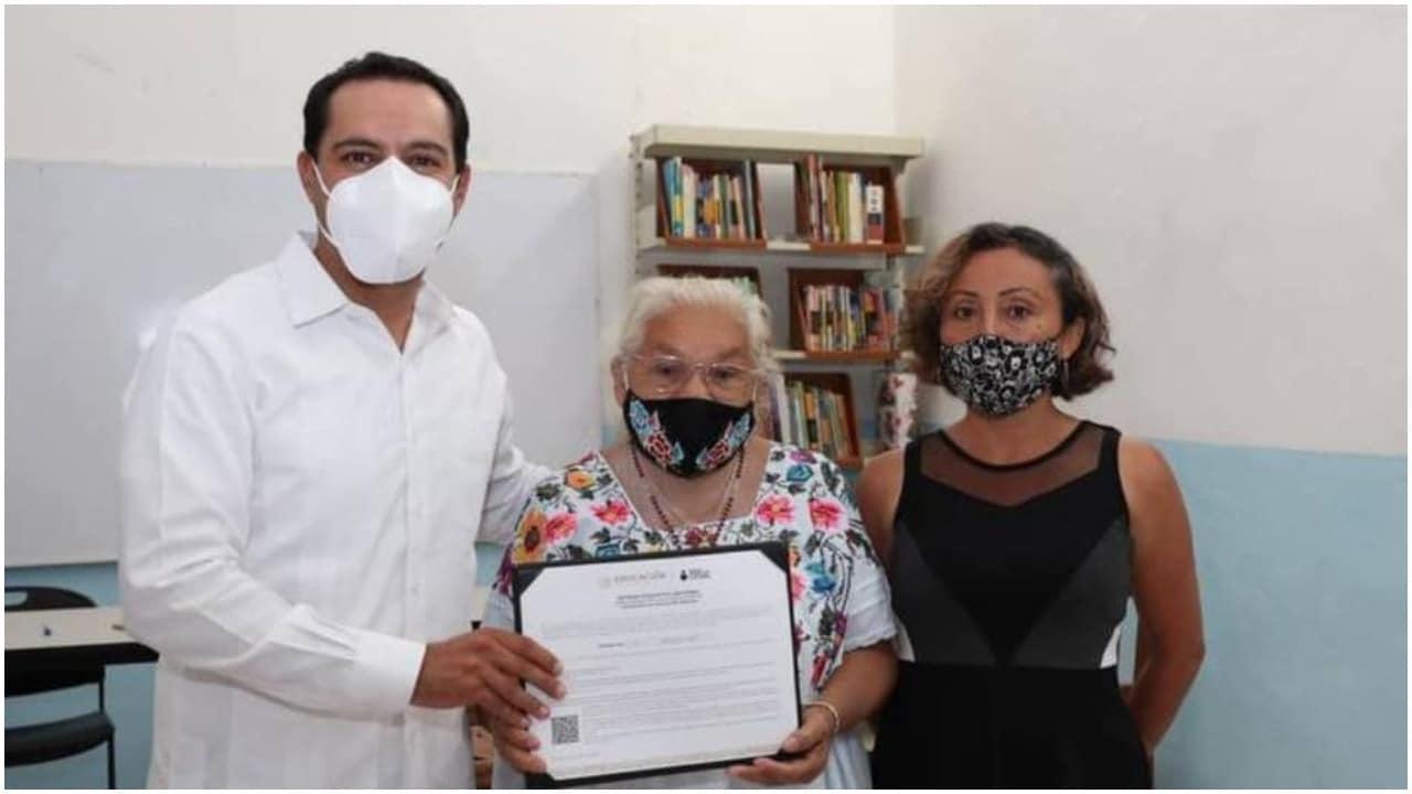 Mujer de 70 años logra obtener su certificado de primaria en Yucatán