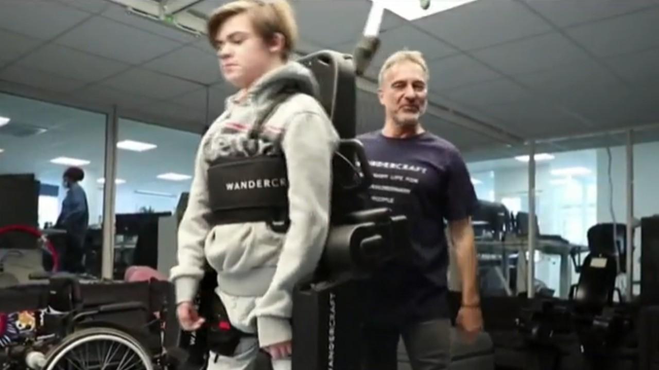 Padre construye exoesqueleto para ayudar a caminar a su hijo en silla de ruedas