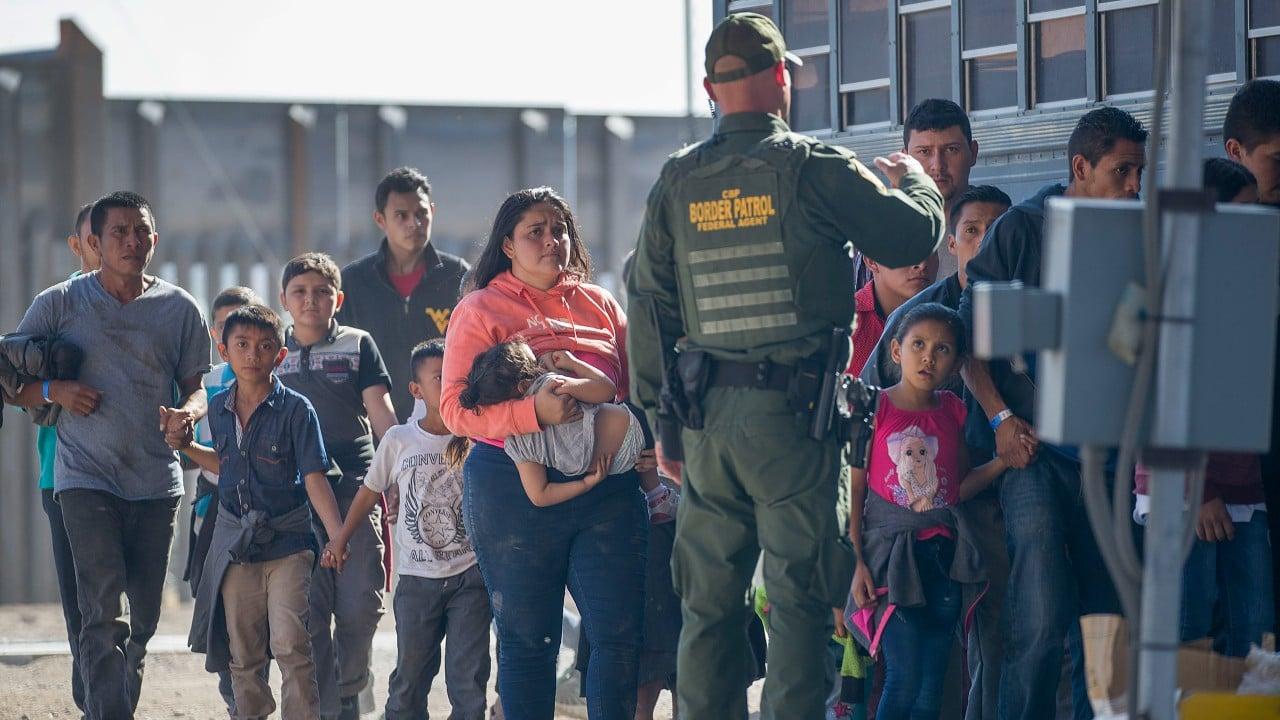 Policía de Guatemala localiza en contenedor a 145 migrantes con rumbo a EEUU