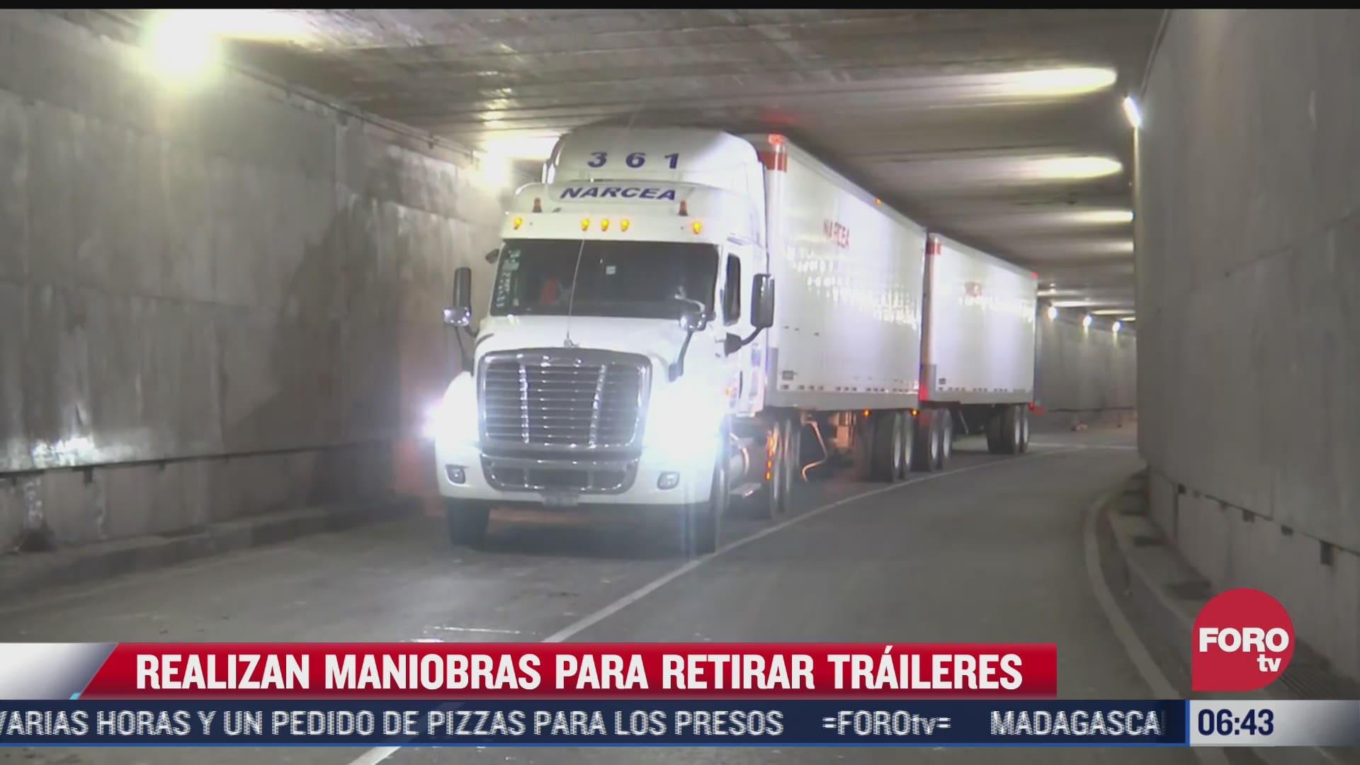 policias ayudan a liberar dos traileres atorados en bajo puente en cdmx