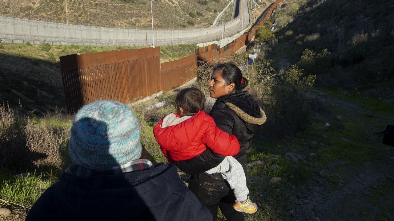 Rescatan a 130 migrantes dentro de una caja de unidad de carga en Chiapas