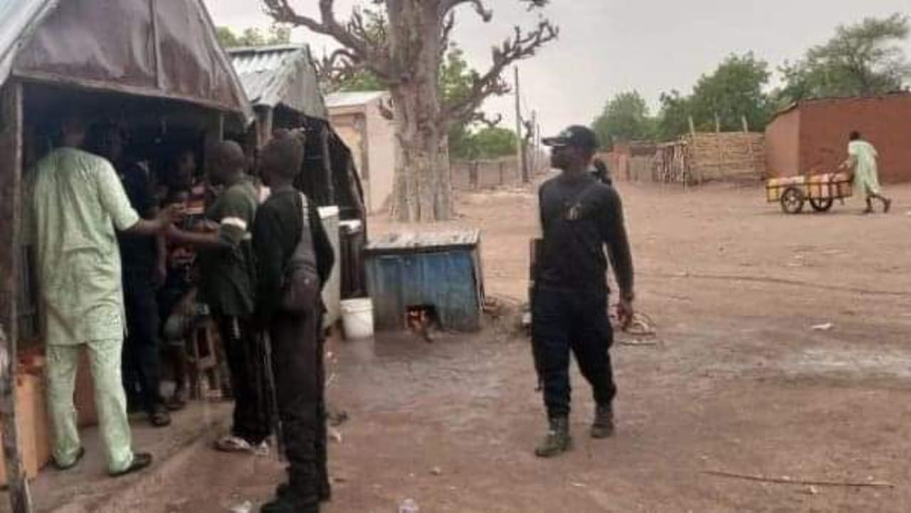 Secuestran a bebés, enfermeras y alumnos en Nigeria durante ataques a hospital y escuela