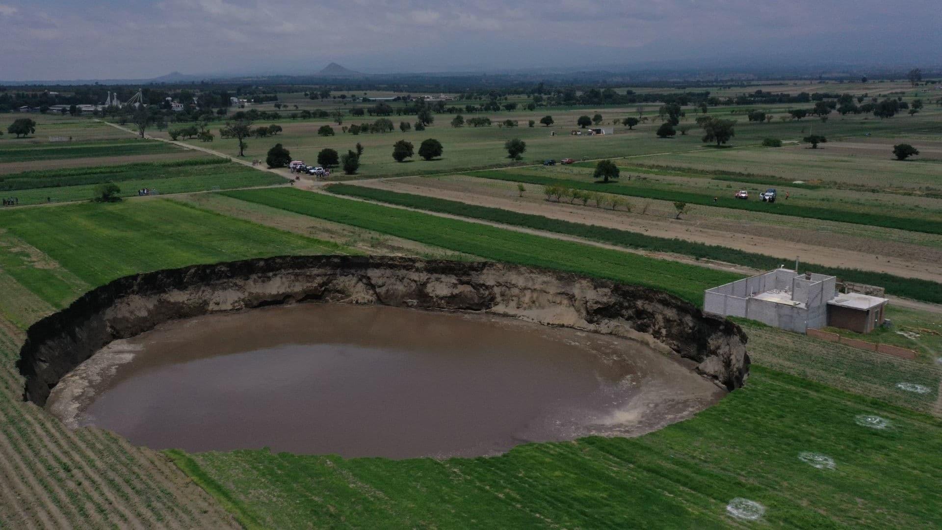 Socavón de Puebla será cercado para evitar que los curiosos se acerquen