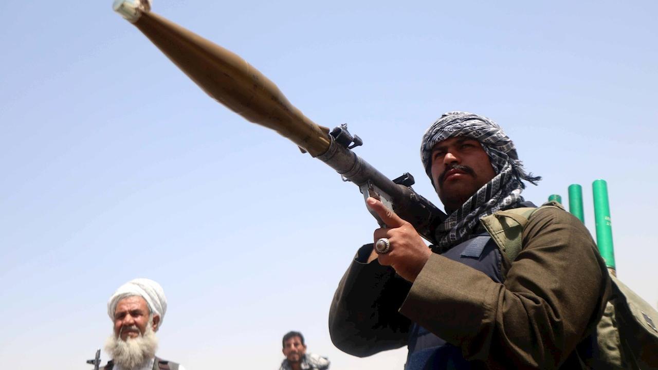 Fotografía que muestra a un grupo de talibanes en un puesto de control en Herat, Afganistán