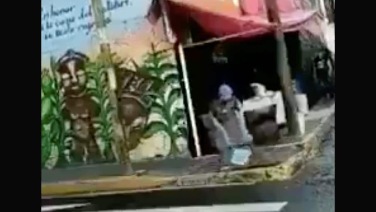 Video viral: taquero lava trapo en charco de agua sucia