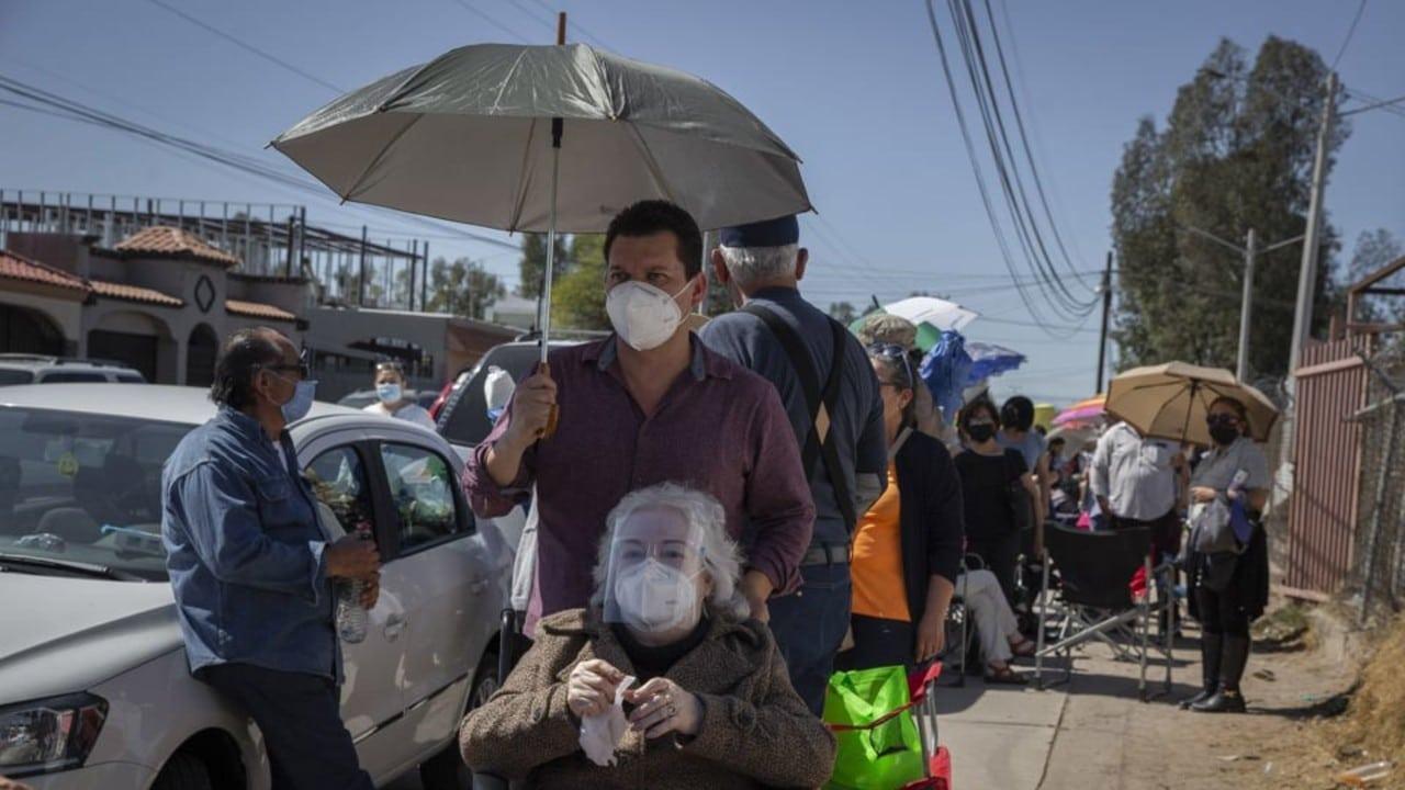 Temor a no alcanzar vacuna provoca largas filas en Mexicali