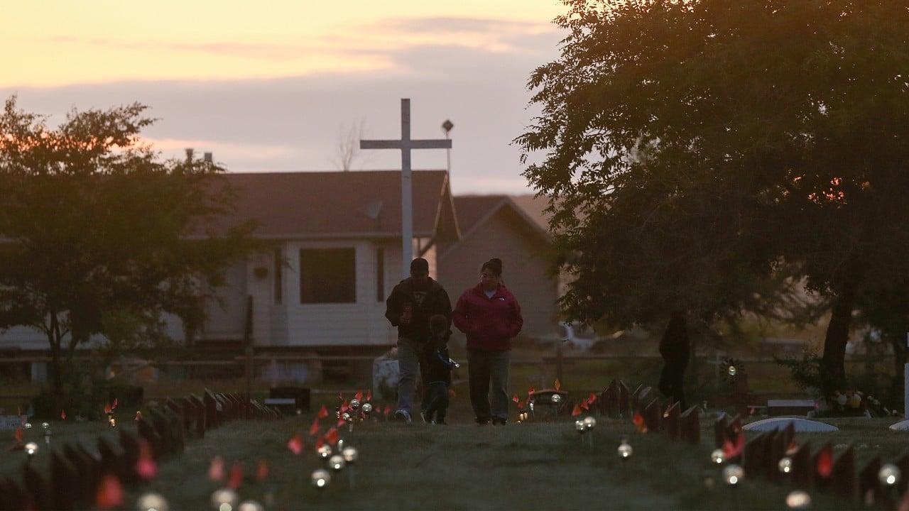 Confirman existencia de 200 tumbas de niños en Canadá