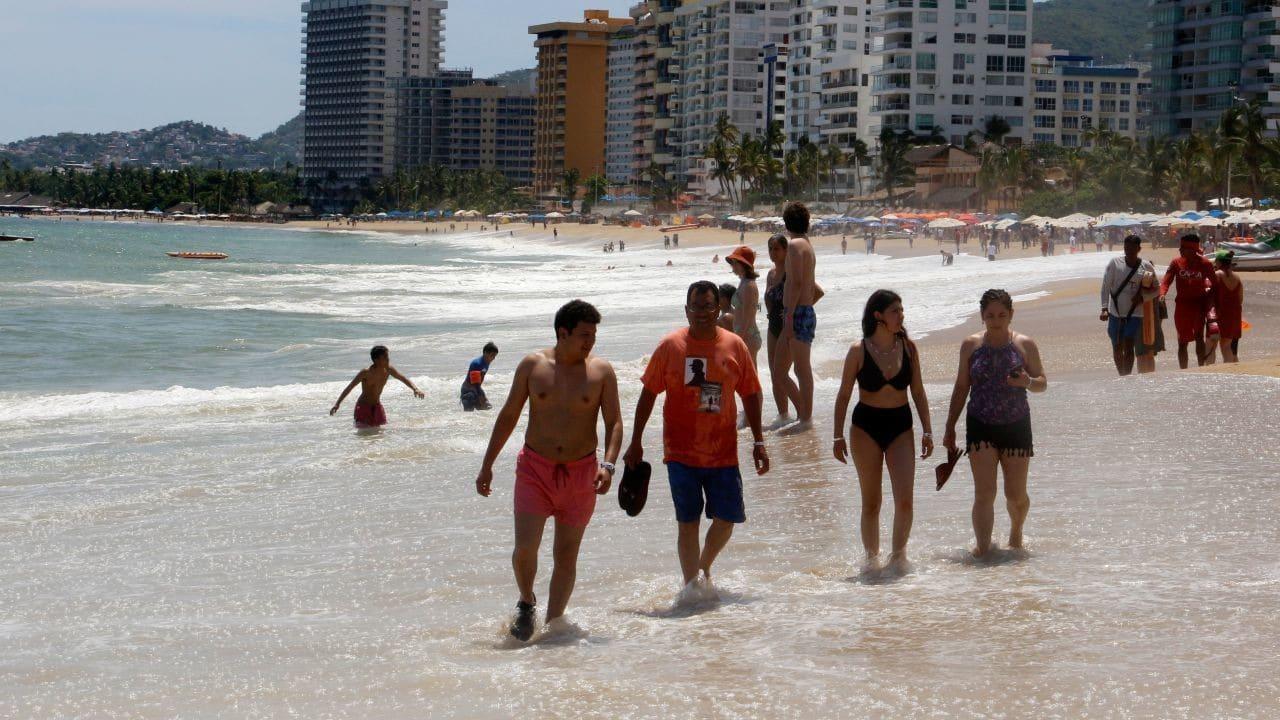 Turistas llegan a Acapulco para vacaciones de verano pese a COVID-19