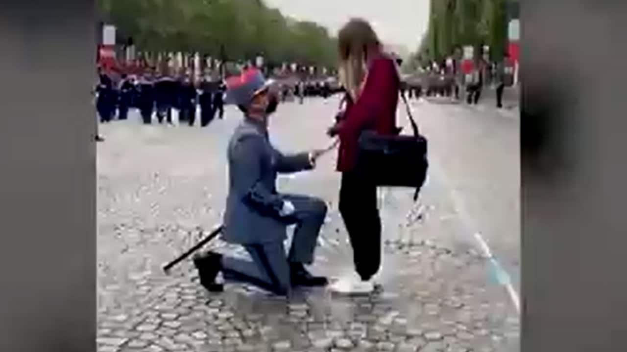 Video: Cadete entrega anillo a su novia en pleno desfile de la Bastilla en Francia