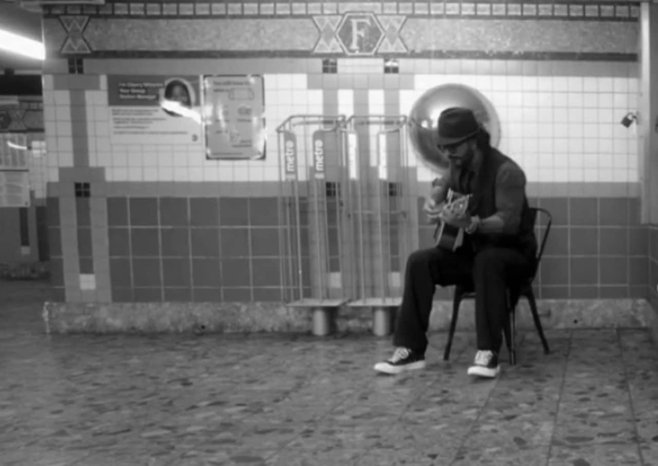 Ricardo Arjona en metro de Nueva York
