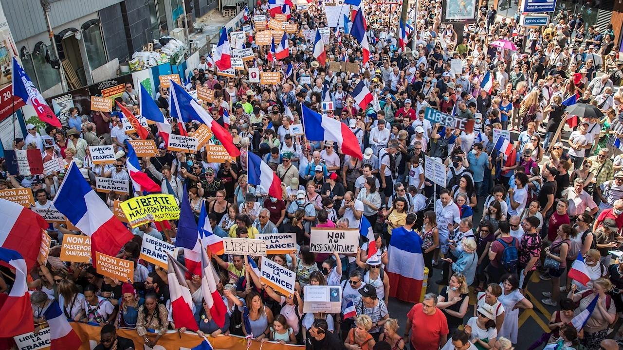 Decenas de miles de personas se manifiestan en Francia contra el pase sanitario COVID-19