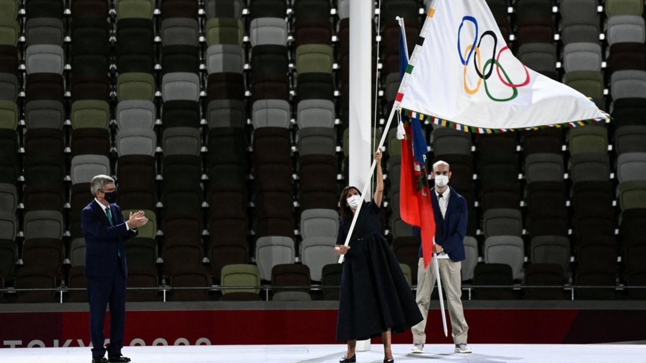 Alcaldesa de París recibe bandera olímpica en clausura de los Juegos Olímpicos de Tokyo 2020