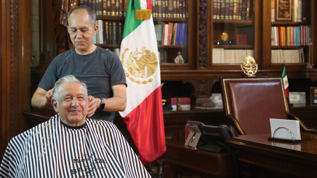 Foto de AMLO con su peluquero se vuelve viral