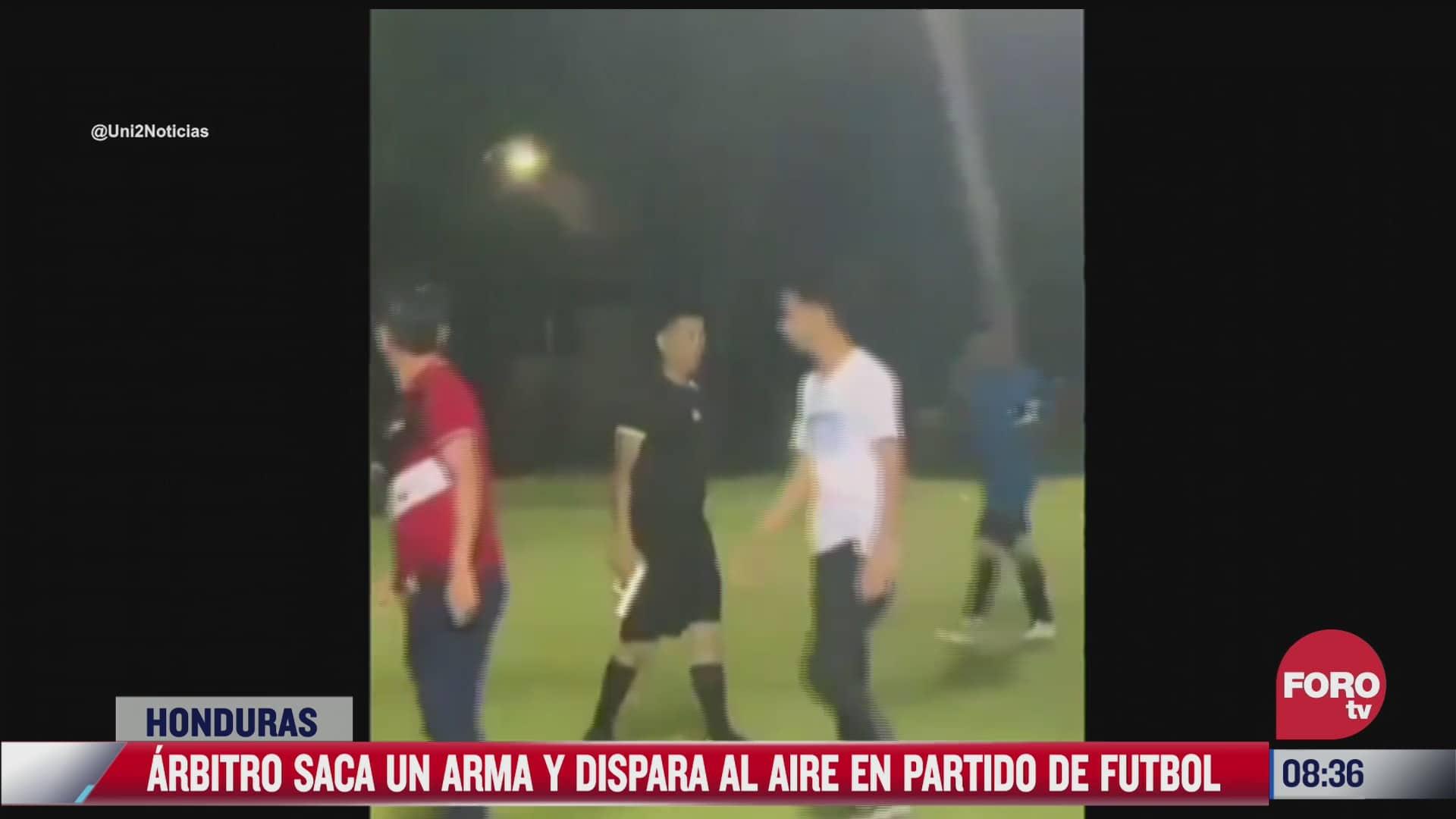 arbitro saca pistola y dispara al aire durante partido de futbol
