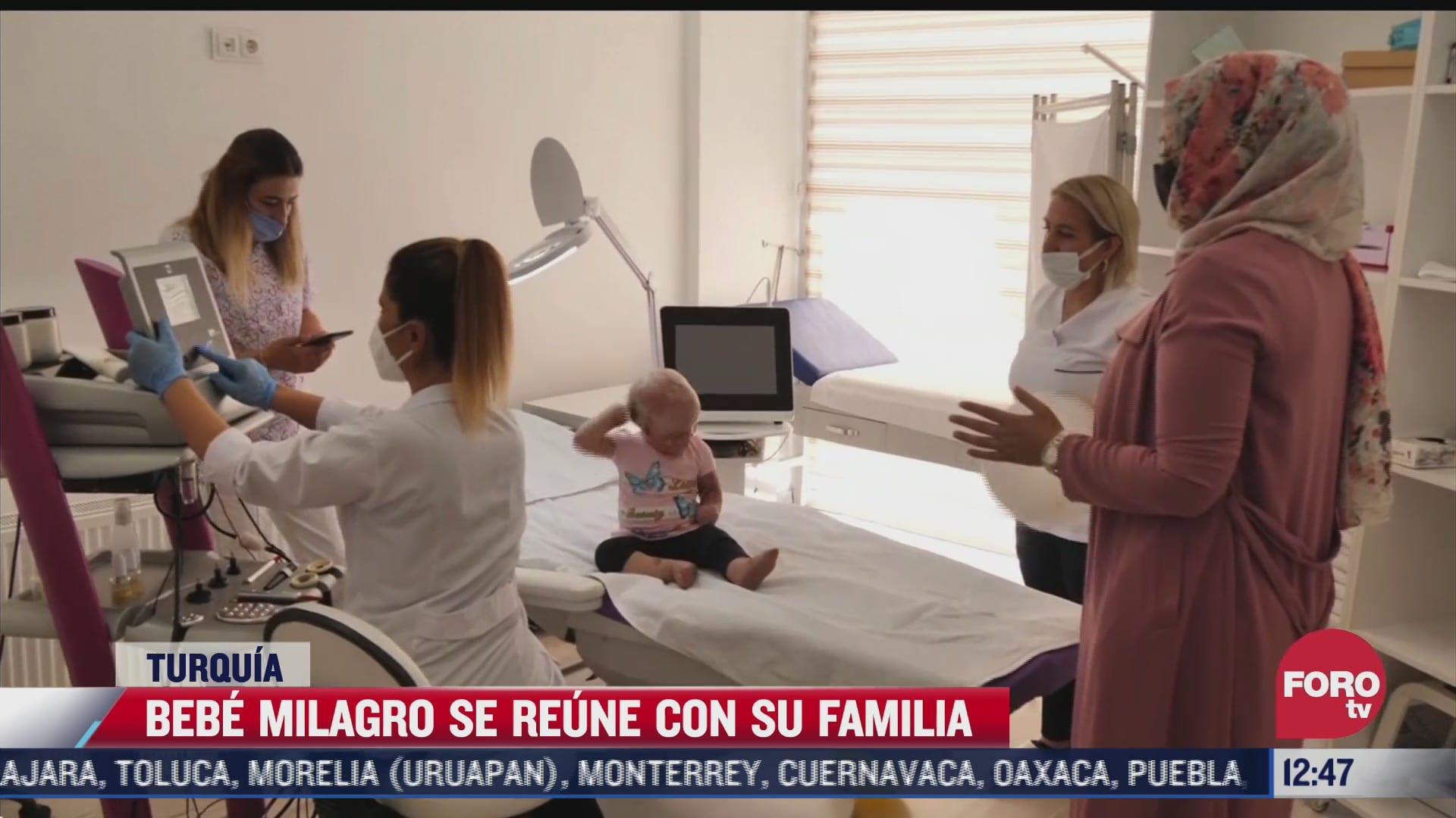 Bebé milagro se reúne con su familia tras meses en cuidados intensivos