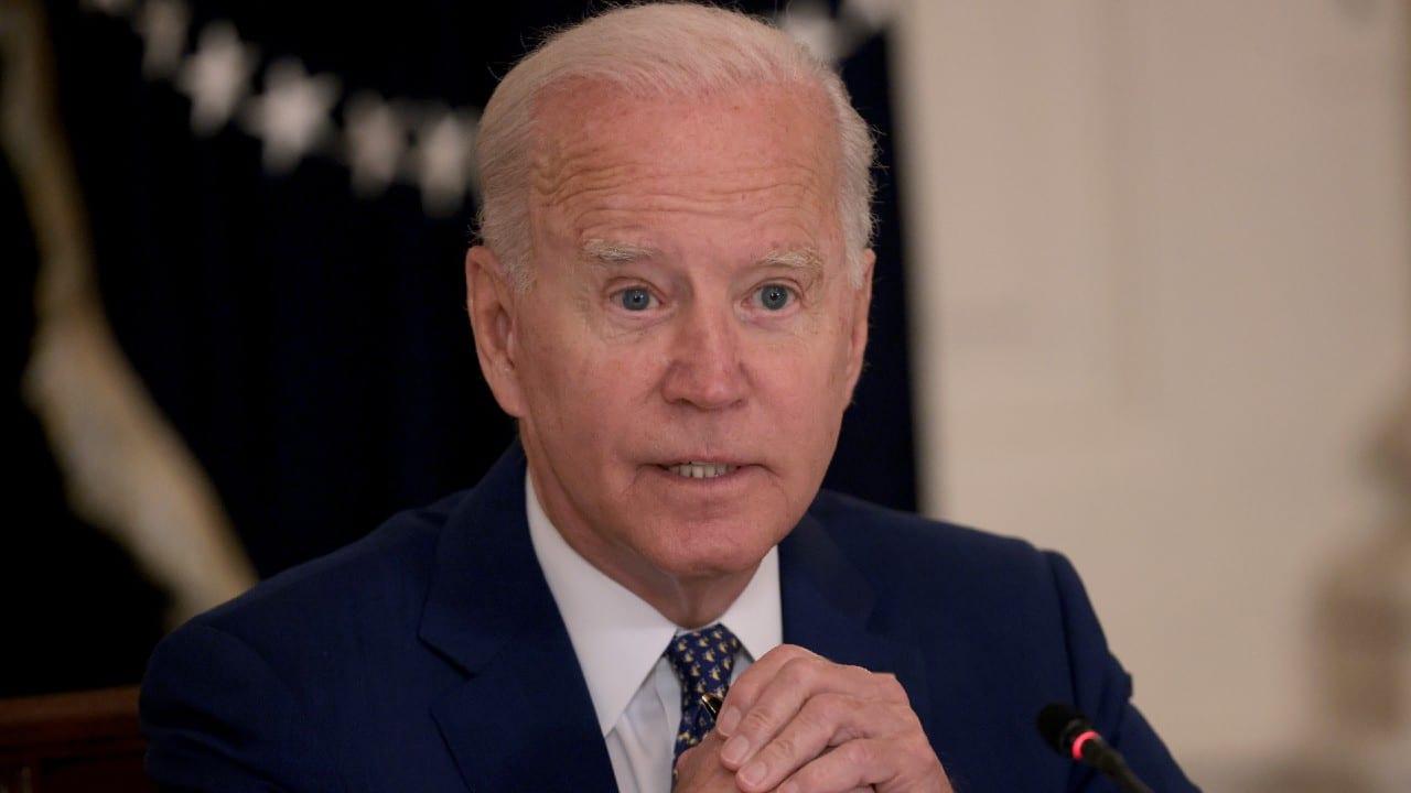 Biden concede 'refugio seguro' temporal a residentes de Hong Kong