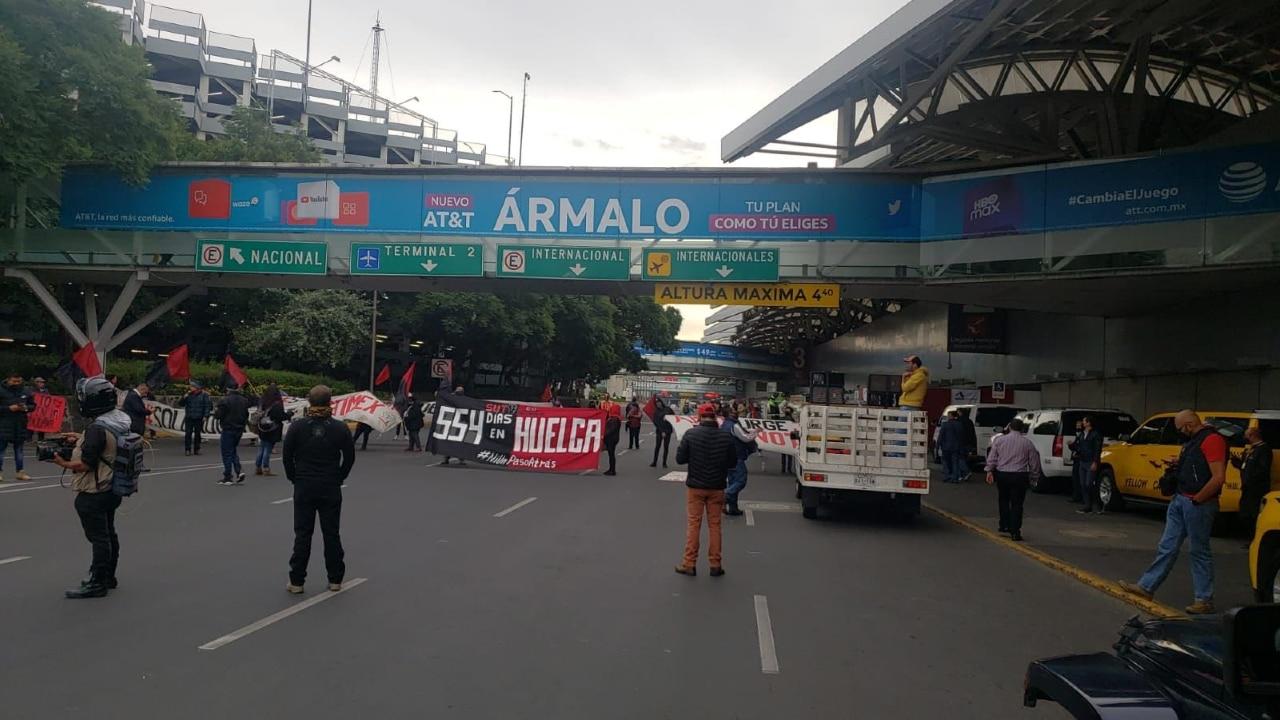 Trabajadores de Notimex bloquearon durante dos horas el acceso a la terminal 1 del en AICM